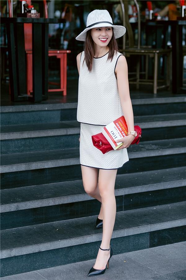 Bộ trang phục với kiểu dáng đơn giản nhưng vẫn giúp cô nàng rạng rỡ, tỏa sáng giữa phố.