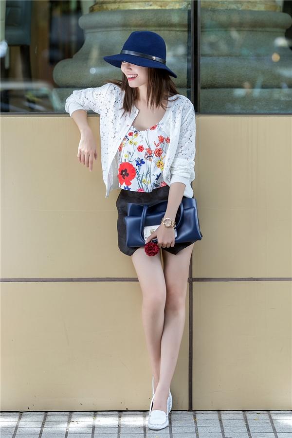 Sự kết hợp khá đơn giản giữa áo phông, quần short giả váy cùng áo khoác cardigan bên ngoài đã trở nên thu hút hơn nhờ những họa tiết hoa có màu sắc nổi bật hay chi tiết cắt laser tinh tế.