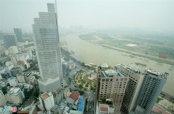 Các tòa nhà cao tầng chìm trong sương mù ô nhiễm. Ảnh: Zing