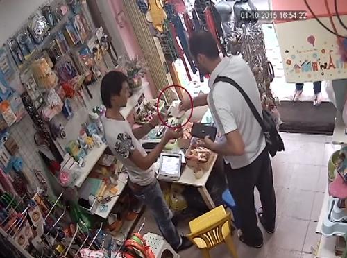 Gã người nước ngoài đem tiền đến chủ tiệm tạp hóa để nhờ đổi giùm. Ảnh: Chụp màn hình