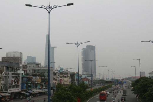 Theo Đài khí tượng thủy văn khu vực Nam Bộ, hiện tượng mù khô những ngày qua tại TP HCM và Nam Bộ là do khói bụi từ các vụ cháy rừng ở Indonesia lan sang. Ảnh: Hữu Công.