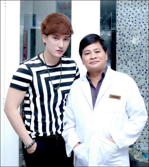 """""""Hot boy dao kéo"""" Hà Nhuận Nam chụp với bác sĩ thẩm mỹ Hiệp Lợi."""