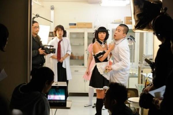 Các diễn viên và nhân viên trên phim trường phải giữ thái độ bình thản khi làm việc
