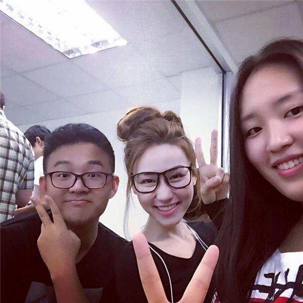 Ngân Khánh bên cạnh những người bạn cùng lớp. - Tin sao Viet - Tin tuc sao Viet - Scandal sao Viet - Tin tuc cua Sao - Tin cua Sao