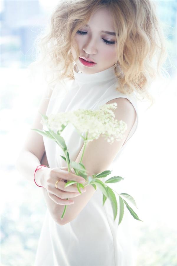 Phom váy suông đơn giản trở nên thu hút hơn nhờ phần cổ lọ kinh điển gắn liền với mùa mốt Thu - Đông. Có thể nói trang phục với gam trắng tinh khôi luôn chiều lòng phái đẹp dù làkiểu dáng hay phong cách nào.