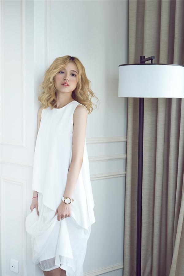 Với những cô nàng yêu thích vẻ thanh lịch, kín đáo, phom váy chữ A kinh điển này sẽ là một lựa chọn tuyệt vời.