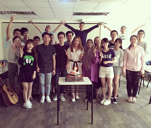 Những người bạn tại Singapore đã mang đến cho Ngân Khánh một sinh nhật đầy bất ngờ. - Tin sao Viet - Tin tuc sao Viet - Scandal sao Viet - Tin tuc cua Sao - Tin cua Sao