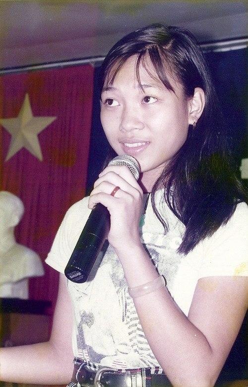 Hoạ mi tóc nâu ngaytừ khi đi học đã thường xuyên tham gia các hoạt động văn nghệ của trường. - Tin sao Viet - Tin tuc sao Viet - Scandal sao Viet - Tin tuc cua Sao - Tin cua Sao