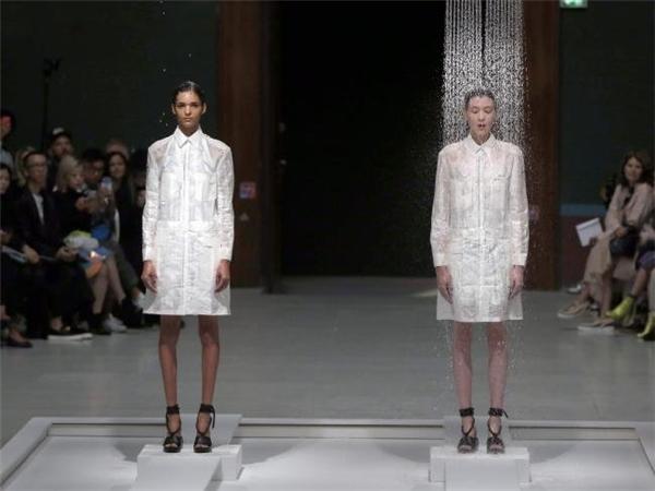 Phần mở đầu bộ sưu tập này vẫn diễn ra như thường lệ. Tuy nhiên, điểm khác lạ khi hai cô người mẫu được cho đứng yên một chỗ trên hai bục cao giữa sân khấu.