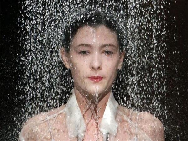 Ảo diệu màn người mẫu bị tạt nước, thay đồ ngay trên sàn diễn