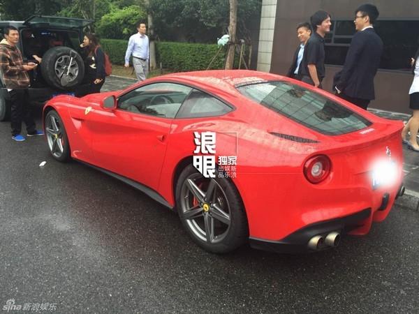 Một chiếc xe Ferrari màu đỏ xuất hiện trong đoàn đưa dâu.