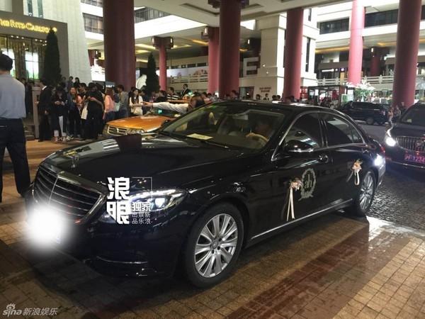 Chiếc xe đưa dâu gây chú ý khi có nhiều chữ kí của những khách mời nổi tiếng.