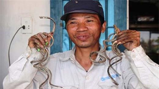 Những móng tay dài được ông Lưu Công Huyền nuôi dưỡng 35 năm nay.