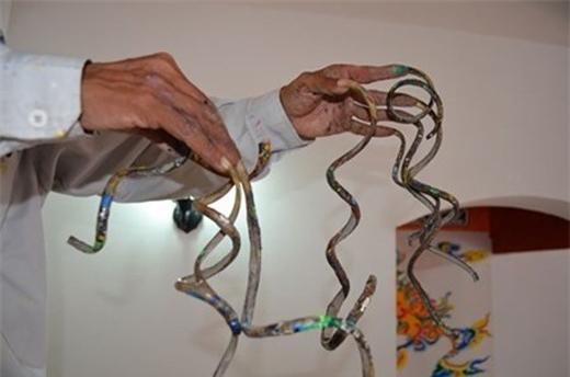 Hiện tại, móng tay ngắn nhất dài 15cm, móng tay dài nhất hơn 50cm.