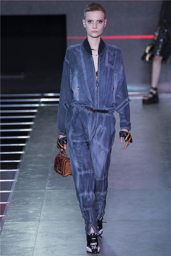 Dù là thời trang dành cho mùa Xuân - Hè nhưng Louis Vuitton lại tạo nên sự khác biệt khi lăng xê những chất liệu như da, nhung, đinh tán, nỉ vốn gắn liền với thời trang Thu - Đông. Tuy nhiên, nhà mốt hàng đầu nước Pháp đã có sự ứng dụng linh hoạt những chất liệu này vào kiểu váy, áo nhẹ nhàng, phóng khoáng nhằm thể hiện tối đa nét năng động, trẻ trung của các quý cô trong tiết trời Xuân - Hè tuyệt diệu.