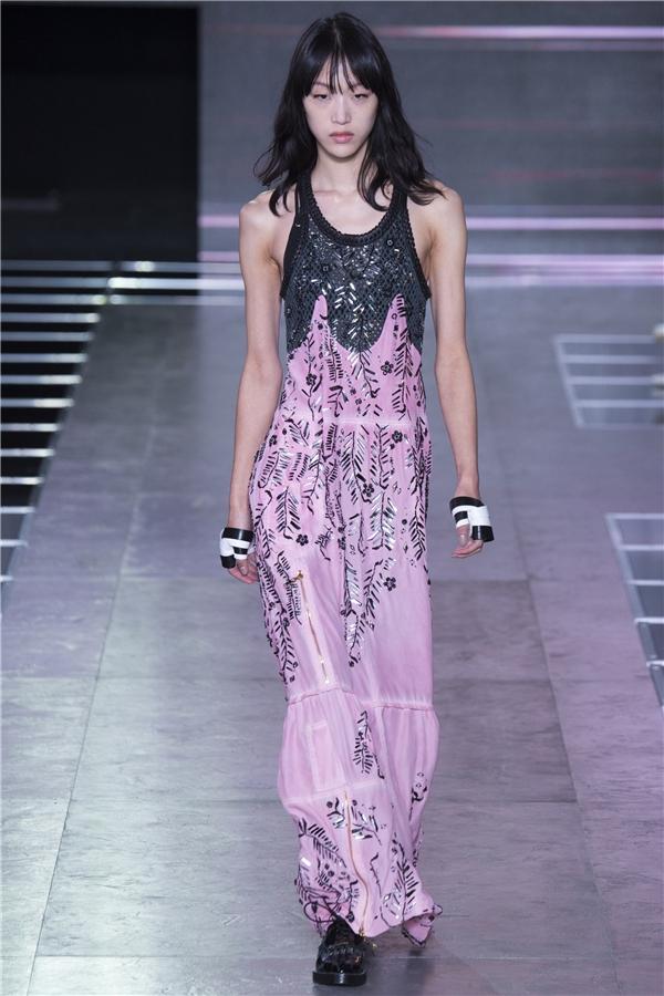 Louis Vuitton lăng xê mốt áo hở eo táo bạo