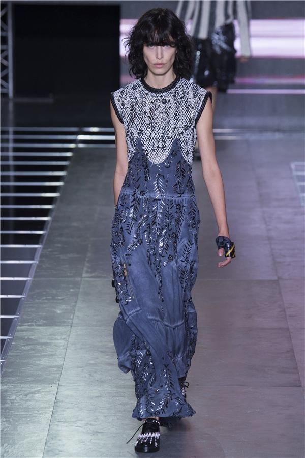Chất liệu voan lụa mềm mại cùng những kiểu váy dài lấy từphommaxi truyền thống mang đến nét thanh thoát, nhẹ nhàng.