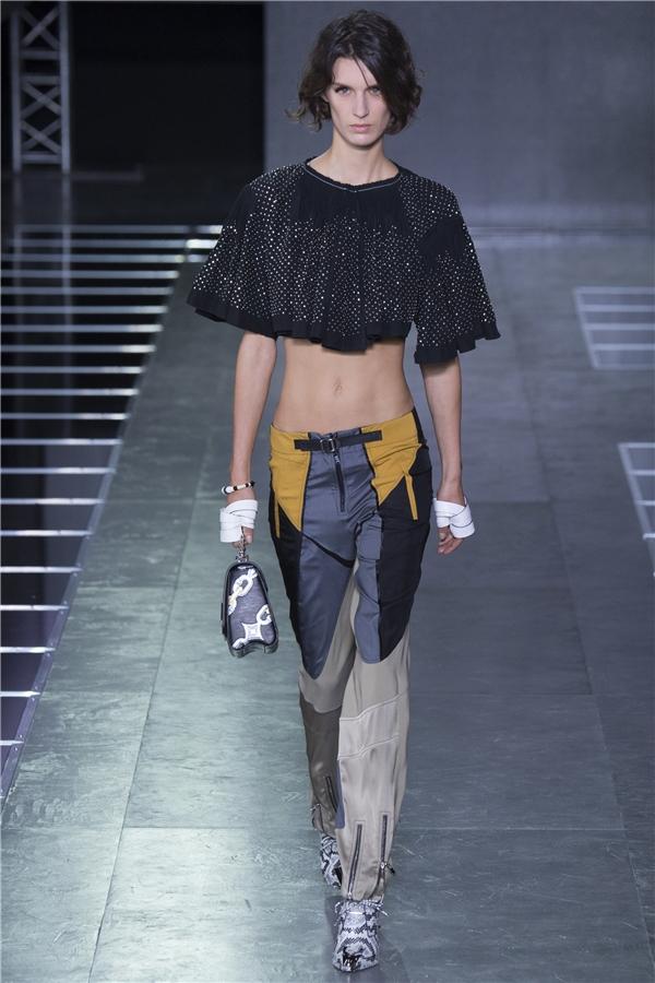 Đặc biệt, trong bộ sưu tập này, Louis Vuitton tích cực lăng xê những chiếc áo phom rộng với phần eo hở cao gợi cảm, táo bạo.