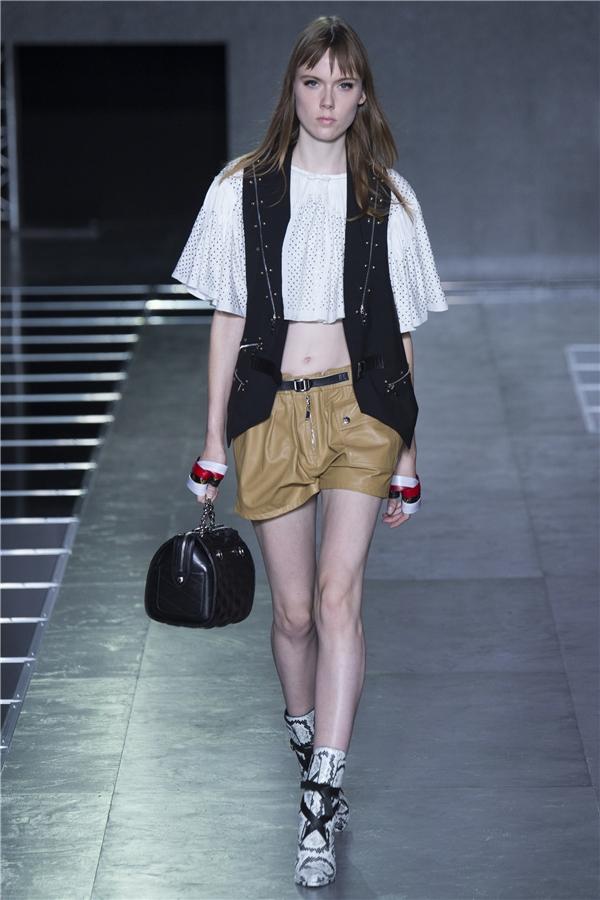 Trên tất cả, tinh thần phóng khoáng, năng động trong phong cách thời trang của người phụ nữ hiện đại là đặc trưng tiêu biểu nhất đến từ Louis Vuitton Xuân - Hè 2016.