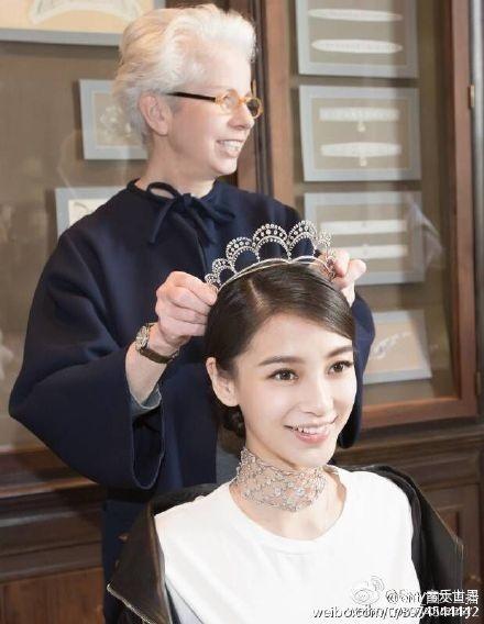 AngelaBaby tươi tắn trong lúc mặc đồ cưới. Dù trang điểm khá nhẹ nhàng, nữ diễn viên Hong Kong vẫn toát lên vẻ lộng lẫy, sang trọng.