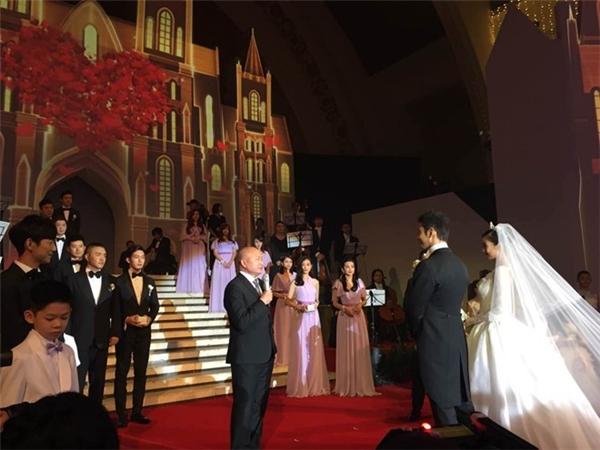 Đạo diễn Ngô Vũ Sâm là người chứng hôn đọc tuyên thệ tình yêu cho đôi vợ chồng nổi tiếng. Đạo diễn cho biết ông luôn yêu quý Huỳnh Hiểu Minh bởi cá tính chân thành và nhiệt tình của anh.