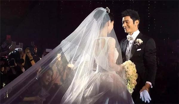 Cô dâu và chú rể đẹp như trong câu chuyện cổ tích.