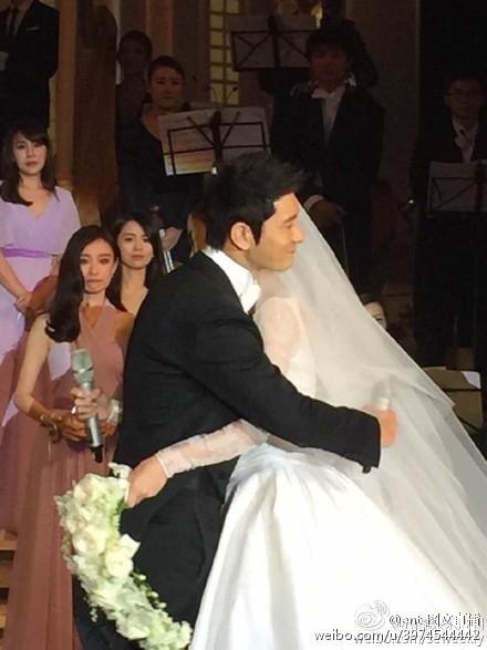 Những giây phút cảm động trong lễ cưới.