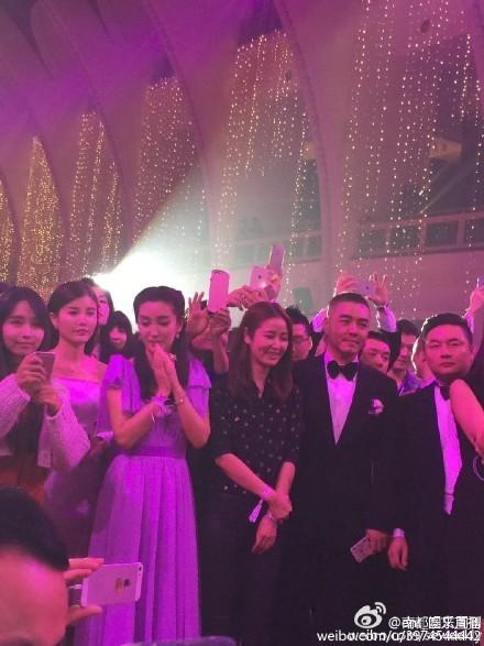 """Các khách mời hồi hộp chờ đợi được tung hoa cưới. Trước đó, Huỳnh Hiểu Minh tuyên bố muốn tặng hoa cưới cho Phạm Băng Băng nhưng cô không thể có mặt vào phút chót nên anh tâm sự """"mọi thứ để tự nhiên""""."""