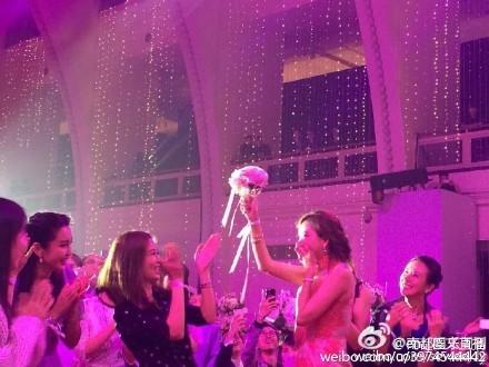 Lâm Chí Linh vỡ òa khi nhận được bó hoa cưới.