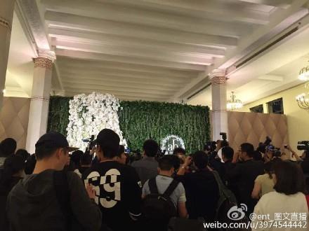 Kết thúc lễ cưới, buổi phỏng vấn ngắn sẽ được tổ chức. Rất đông phóng viên đứng đợi bên ngoài.