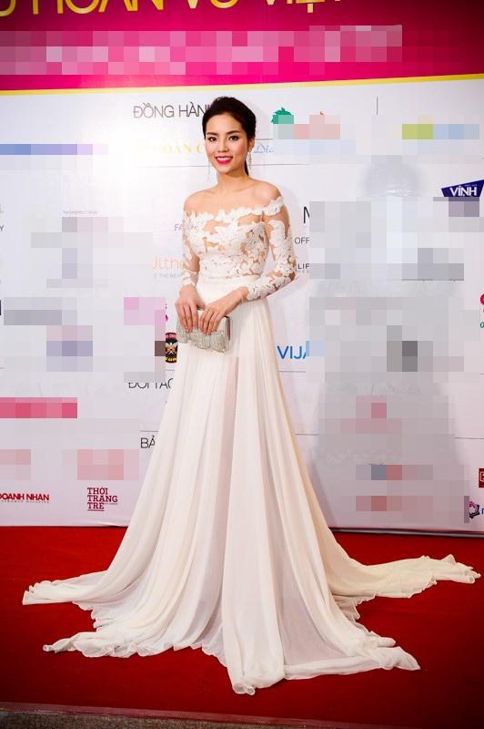 Mới đây, khi tham dự đêm tiệc từ thiện với các người đẹp Hoa hậu Hoàn vũ Việt Nam 2015, Kỳ Duyên mang đến vẻ ngoài ngọt ngào, tinh khôi trong bộ váy trắng kết hợp giữa vải xuyên thấu ở phần thân trên cùng chất liệu voan lụa mềm mại ở chân váy.