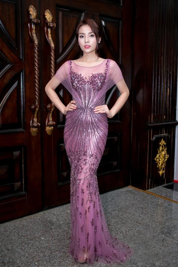 """Mặc dù thiết kế gây tranh cãi khi tông hồng tím khiến Kỳ Duyên trở nên """"dừ"""" hơn nhưng không thể phủ nhận phom váy ôm sát đã giúp cô thể hiện tối đa lợi thế về hình thể trên thảm đỏ chung kết Hoa hậu Hoàn vũ Việt Nam 2015."""