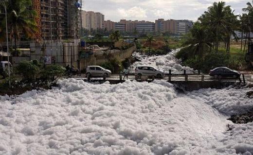 Cả thành phố ngập trắng bọt nổi lên từ hồ nước ngọt lớn nhất Ấn Độ