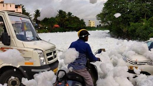 Lớp bộ trắng xóa phủ kín mọi con đường trong thành phố