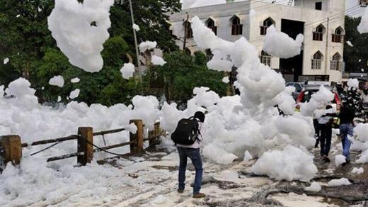 Chúng tạo thành cảnh tượng băng tuyết tuyệt đẹp giữa tiết trời nóng nực ở Ấn Độ