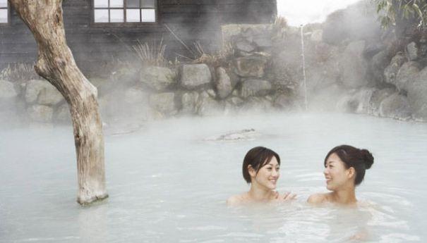 Tắm nước nóng không chỉ giúp sảng khoái tinh thần mà còn giúp hạn chế bệnh tật.(Ảnh: Internet)