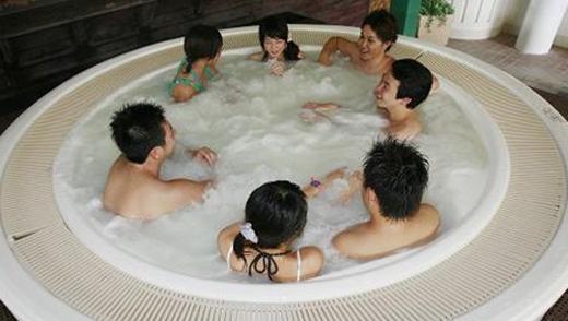 Các đồng nghiệp công ty, hội bạn thân thường rủ nhau vào Onsen để thư giãn cơ thể và trò chuyện giải khuây.(Ảnh: Internet)