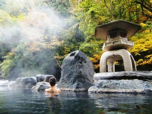 """Các bể tắm nước nóng thường được thiết kế lộ thiên để khách hàng có thể """"hòa mình cùng thiên nhiên"""".(Ảnh: Internet)"""