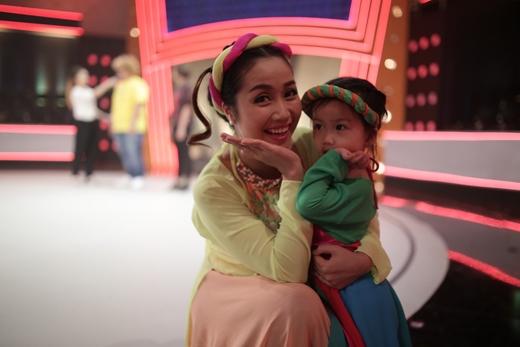 Nữ MC xinh đẹp cũng đưa con gái thứ hai Cola đến với buổi tổng duyệt chương trình. - Tin sao Viet - Tin tuc sao Viet - Scandal sao Viet - Tin tuc cua Sao - Tin cua Sao