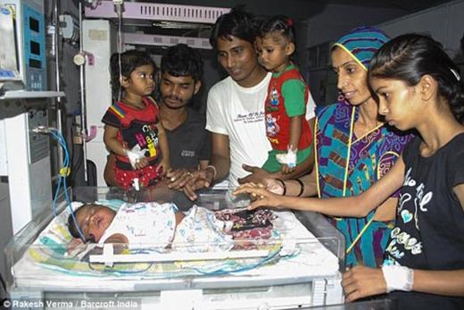 Hiện cả 2 mẹ con đang được giữ lại bệnh viện để theo dõi tình trạng sức khỏe.