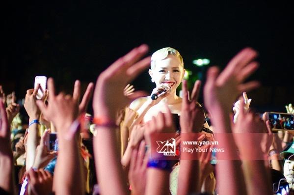 Nữ ca sĩ cười rạng rỡ trước sự cổ vũ nhiệt tình của người hâm mộ. - Tin sao Viet - Tin tuc sao Viet - Scandal sao Viet - Tin tuc cua Sao - Tin cua Sao