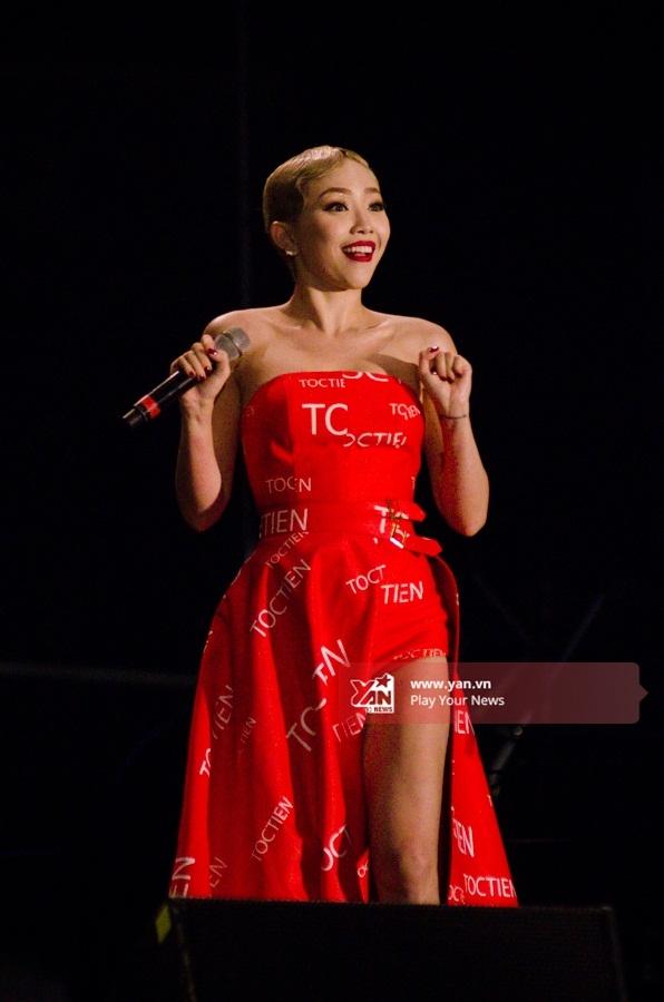 Diện chiếc váy xẻ cao được thiết kế rất độc đáo, giúpTóc Tiên khoe trọn đôi chân dài miên man đáng mơ ước cùng thân hình quá đỗi quyến rũ. - Tin sao Viet - Tin tuc sao Viet - Scandal sao Viet - Tin tuc cua Sao - Tin cua Sao