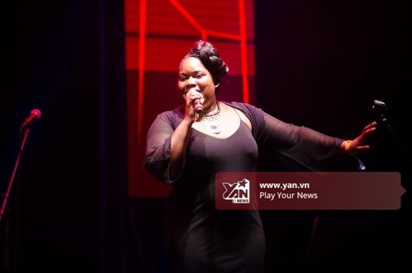 Với chất giọng đầy nội lực, phần trình diễn của Zara McFarlane – nữ ca sĩ nhạc jazz nổi tiếng - đã để lại rất nhiều cảm xúc cho người xem. - Tin sao Viet - Tin tuc sao Viet - Scandal sao Viet - Tin tuc cua Sao - Tin cua Sao
