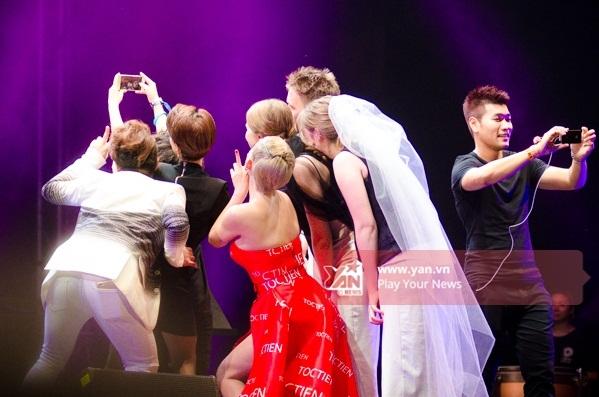 Dàn nghệ sĩ cùng nhau chụp hình khi đêm diễn đầu tiên kết thúc. - Tin sao Viet - Tin tuc sao Viet - Scandal sao Viet - Tin tuc cua Sao - Tin cua Sao