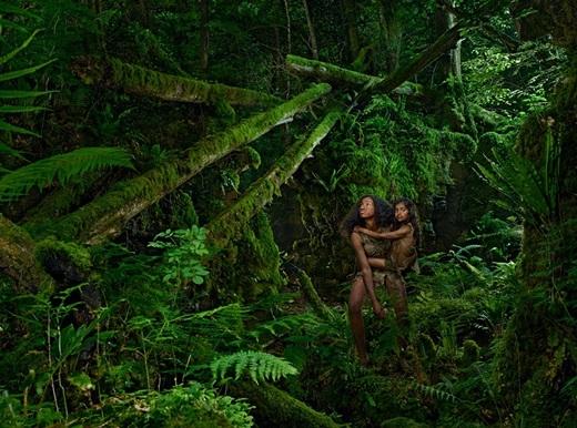 Kamala 8 tuổi và Amala 12 tuổi được tìm thấy trong một hang sói vào năm 1920.