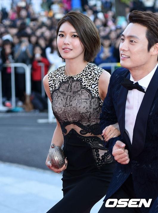 Năm nay, cô nàng chân dài của SNSD, Sooyoung cùng nam diễn viên Oh Sang Jin sẽ đảm nhận vai trò MC, chủ trì toàn bộ lễ trao giải.