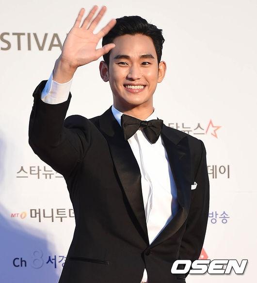 """""""Cụ giáo"""" Kim Soo Hyun xuất hiện rạng rỡ khoe vẻ điển trai không tì vết trên thảm đỏ."""