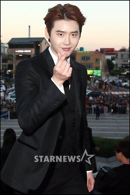 Diện bộ vest đen đầy nam tính nhưng mĩ nam Lee Jong Suk vẫn không quên tạo dáng nhí nhảnh trước ống kính gửi lời chào đến các fan.