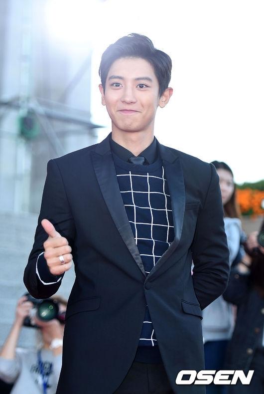 """Chanyeol (EXO) hạnh phúc ra mặt khi lần đầu xuất hiện với vai trò diễn viên nhờ vai diễn trong EXO's Next Door được các nhà chuyên môn đánh giá cao. Anh chàng còn """"ẵm"""" luôn giải Nam diễn viên mới xuất sắc tại lễ trao giải."""