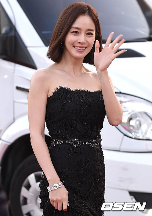"""Dù đã bước sang tuổi 36 nhưng Kim Tae Hee vẫn khiến truyền thông phải ngỡ ngàng trước vẻ ngoài xinh đẹp đậm chất """"ngọc nữ"""" trên thảm đỏ."""